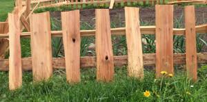 štípaný plot k záhonu