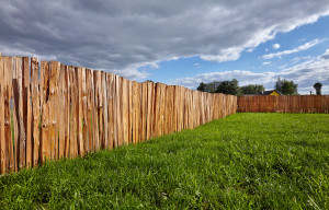 štípaný dřevěný plot