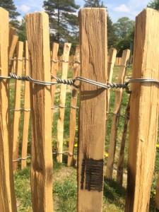 dřevěný plot-akát vázaný drátem