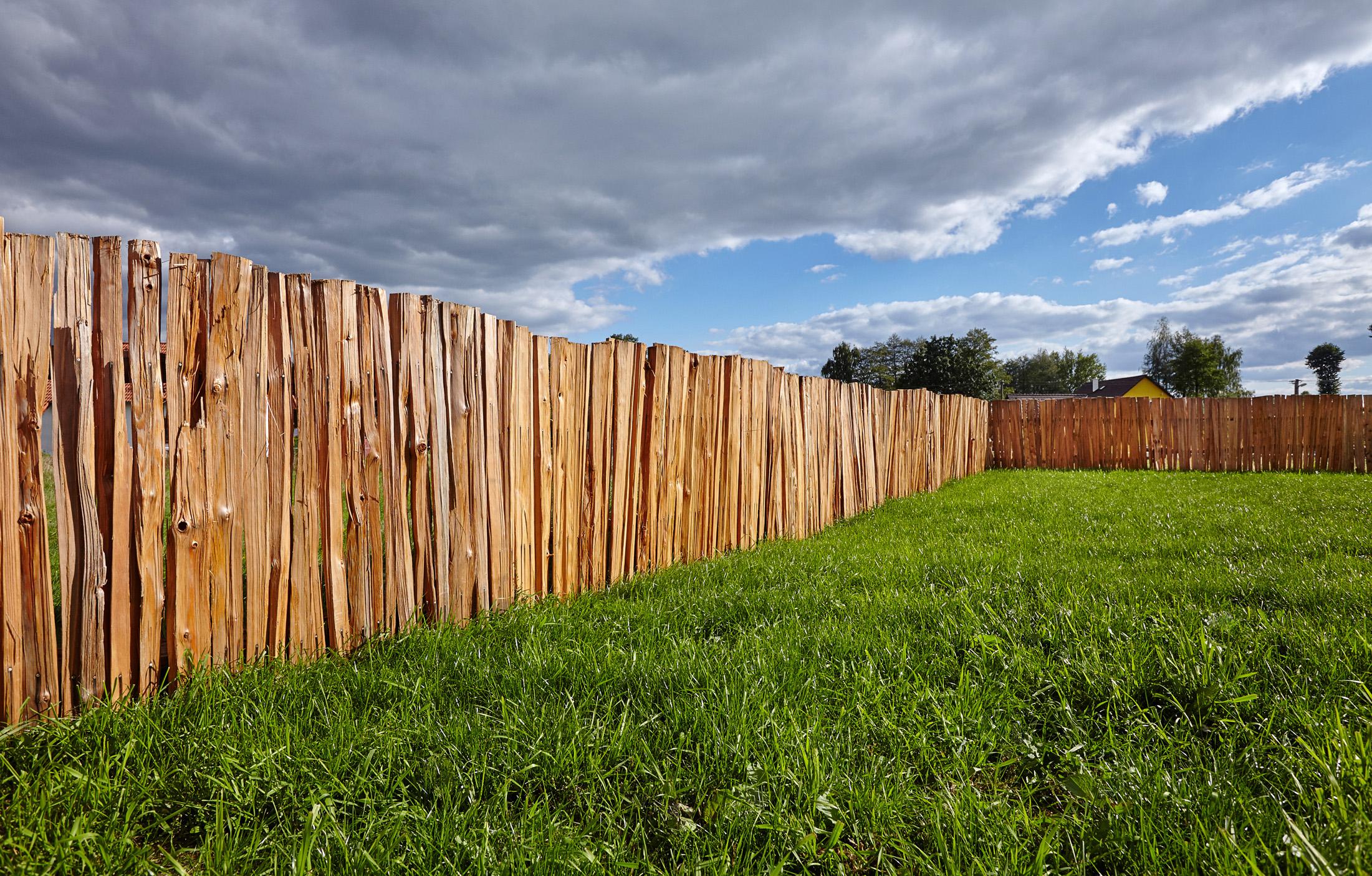 dřevěný plot-štípák